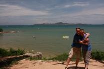 """Heike & Carsten in/auf """"Praumnak"""" (Hügel in Pattaya City). Im Hintergrund: Koh-Larn"""