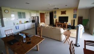 unser schönes (und übergroßes) Appartment, hier Wohn, Küchen- und Essbereich - noch wohnen wir kostenfrei ;-) ... Mark hat uns dieses Juwel beschafft - er hat prima Kontakte :-)