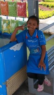 und Fischfutter-Verkäuferinnen (die vielleicht besser in der Schule hätten sein sollen)