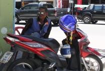 warten auf Kunden - ein Moped Taxi