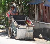 Müll (besonders Pfandflaschen) werden eingesammelt