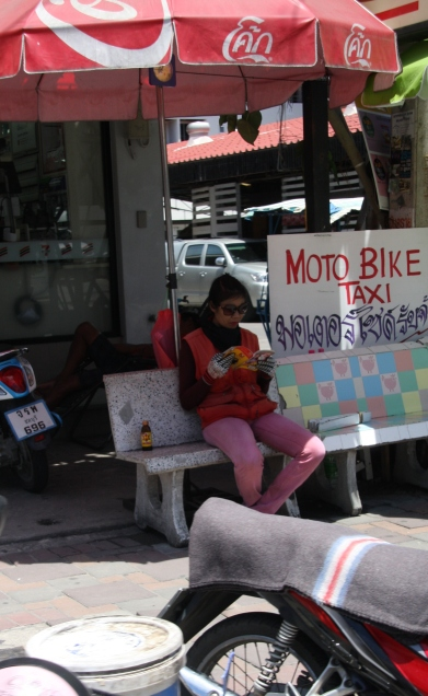 der nächste Kunden kommt bestimmt bald - ein Moped Taxi-Stand