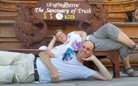 """Heike und Carsten machen es sich gemütlich am """"Sanctuary of Truth"""""""