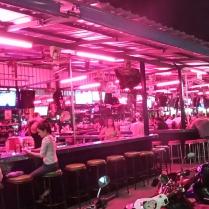 """an jeder Ecke Bars mit noch mehr wartenden """"einsamen Damen"""""""
