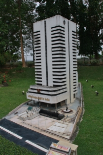 das ist das Gebäude der ersten Lebensversicherung Thailands (kein Witz!) ... klar, dass die hier gezeigt werden muss - grüße an die Kolleginnen und Kollegen der ERGO !