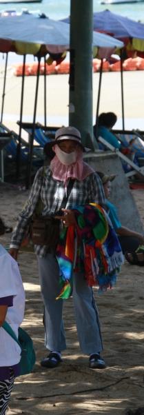 die Thailänder mögen keine Sonne bzw. mögen sie es nicht brauner als unumgänglich zu werden (das könnte uns nicht passieren). Entsprechend laufen sogar die Verkäufer am Strand quasi vermummt herum.