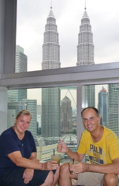"""Sundowner in der """"Skybar"""" mit Blick auf die Petronas Towers - die beste Skybar, die wir kennen!"""