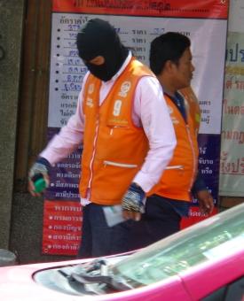 Moped-Taxi-Fahrer (keine Angst, er plant nicht, nebenbei ein Drive-By-Shooting zu machen...)