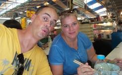 """Essen im """"Food-Stall"""" - wir, die einzigen Nicht-Thailänder"""