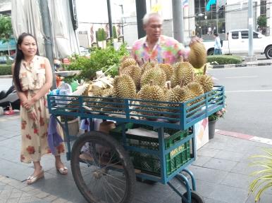 """die beste Frucht der Welt: die Durian (auch als """"Stinkfrucht"""" bekannt). Sie riecht unglaublich fürchterlich, so schlimm, dass es verboten ist, sie mit ins Hotel zu nehmen - schmeckt aber einmalig - und diese kremige Konsistenz... lecker!"""