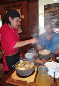 beim Japaner Nudelsuppe essen - besondere Machart, gekocht wird am Tisch (Carsten hat sich gleich den Arm am heißen Dampf verbrannt - geschmeckt hat's trotzdem)