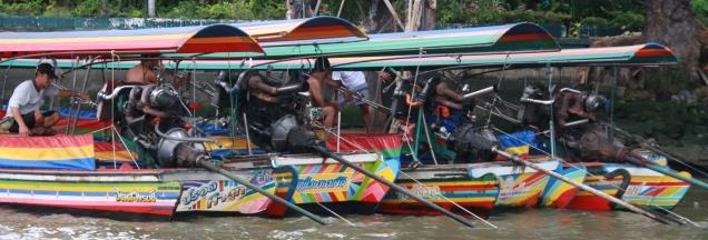 """Longboads - meist für Touristen, die sich durch die Kanäle (""""Klongs"""") schippern lassen wollen (das ist eine ganz nette Sache)"""