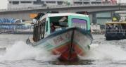 Fähre (hier Schnellboot) - die fahren den Fluss hoch und runter wie der Teufel