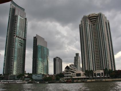 Wir wohnen im 3. Gebäude von links, weiß-braun