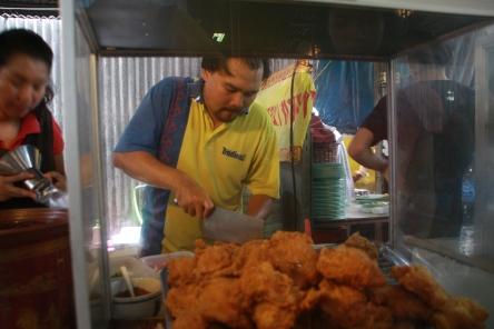 Im Food-Stall wird an dutzenden kleinen Ständen gekocht - sehr vielfältig und lecker