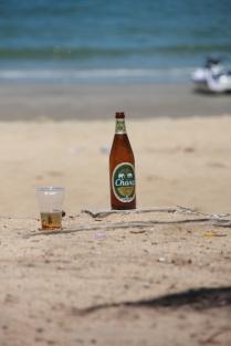 """es bleibt am Strand immer mal was liegen - hier das lokale Bier """"Singha"""""""