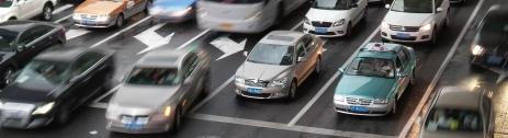Warum braucht man zwei Abbiege-Fahrspuren umgeben von Geradeaus-Fahrspuren?
