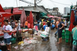 Markt, 09:00 Uhr, das Reinemachen vom Geschäft der Nacht beginnt schon - sieht echt wüst aus
