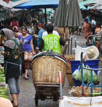 Sehr praktisch, wenn man einen wirklichen Großeinkauf tätigt, kann man sich einen Thai mit großem Einkaufskorb mieten. Der fährt hinter einem her und man kann fein einladen.
