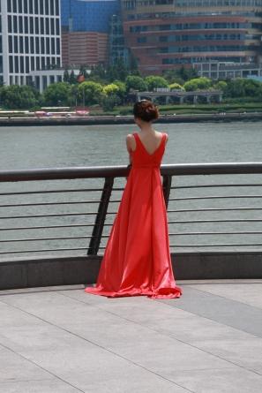 Es geht natürlich aber auch eleganter: Braut am Ufer des Huangpu-Rivers - Fototermin