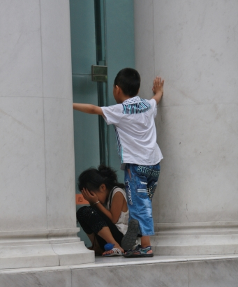 Kinder spielen Verstecken