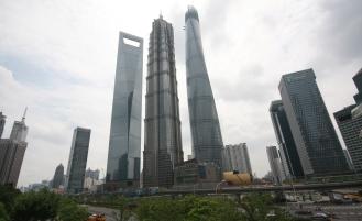 Die drei anderen besonders hohen Gebäude hier (v.l.n.r. Word Financial Center (492m) / Jin Mao Tower (421m) / Shanghai Tower (632m)) - sehr beeindruckend!
