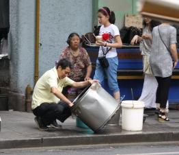 Wie auch in Bangkok - hier spielt sich einiges auf der Straße ab
