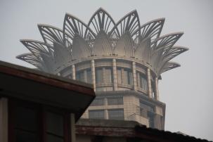 Irgendein imposantes Hochhaus guckt immer um die Ecke (bzw. über die Dächer)