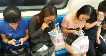 Auf alle Fälle ist das Handy/Smartphone hier eine echte Seuche - so sitzen sie alle da in den Metros (und sonst auch) - das nimmt wirklich Überhand!