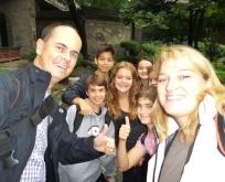 Eine Gruppe Schüler - wollen uns für ein Selfi
