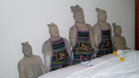 Unser Appartement - uns beobachten 20 Terrakotta-Krieger -> eine gute Vorbereitung auf unseren Besuch bei der Terrakotta Armee :-)