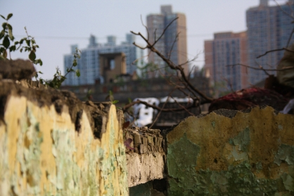 Die neue Stadt frisst die alte Stadt im wahrsten Sinne des Wortes langsam auf - alte Gebäude werden abgerissen, neue rücken nach, da wird nicht lange gefackelt