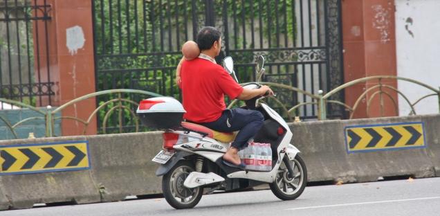 Wir waren uns nicht sicher, ob er wirklich ein Baby auf dem Moped dabei hatte - was soll es aber sonst gewesen sein?