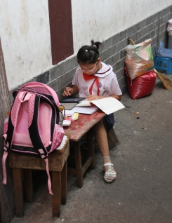 Lernen am Straßenrand bzw. neben dem Laden der Eltern