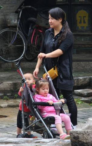Mütter mit zwie Kindern sieht man nach wie vor selten (die Ein-Kind-Politik ist seit einiger Zeit gelockert)