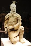 """Die ist der sog. """"Luck Warrior"""", die einzige Terrakotta Figur, die unzerstört geborgen wurde - die ganze Terrakott Armee muste aus Bruchstücken rekonstruiert werden (wussten wir nicht)"""