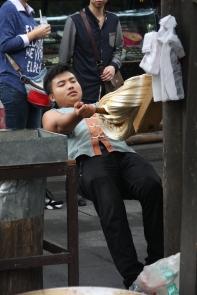 Ein Krokant-Bäcker, der den Zucker (publikumswirksam) zieht. Danach werden die Nüsse o.ä. mit einem großen Holzhammer in den Zucker reingeprügelt - beachtliches Schauspiel!