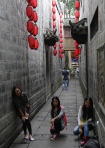 Gasse mit Chinesinnen, die gerne mal posieren, wenn eine Langnase ein Foto macht :-)