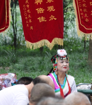 Chinesen haben eine selektive Wahrnehmung - sie schaffen es, sich auf einen DJ zu konzentrieren (wir schaffen das nicht)