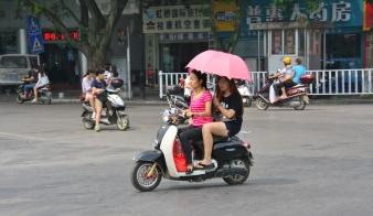 Moped, Mädels und Sonnenschirm