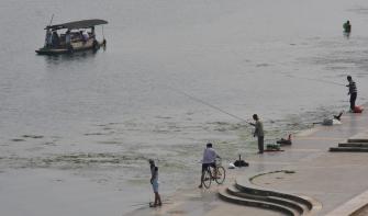 Angeln und Bootfahren am Lijian River in Guilin