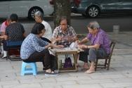 in der Stadt trifft man sich zum Kartenspielen oder zu einer Runde Mahjong