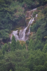schöner Wasserfall in der Ferne