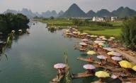 netter Blick - die gelben Schirme sind Schirme von Bamboo-Boats