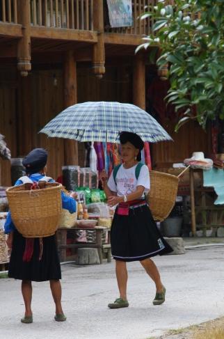 """eine """"Red Yao Hill Tribe Long Hair Woman"""" (die Haare werden ein Leben lang nicht geschnitten)"""