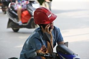 auch in Guilin wird immer und überall mit dem Smartphone telefoniert - gut, dass er wenigstens angehalten hat