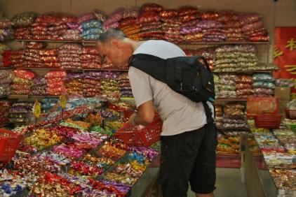 """Carsten kann es nicht lassen - Probierstunde im Süßwarenladen - er hat sich ein super großes """"Country Pack China"""" gebaut :-)"""