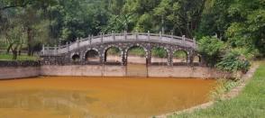 malerische Brücke draußen vor der Stadt