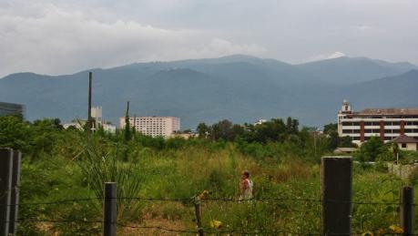 Blick aus der Stadt raus in Richtung Berge