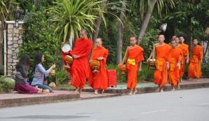 die Mönche nehmen das gerne an